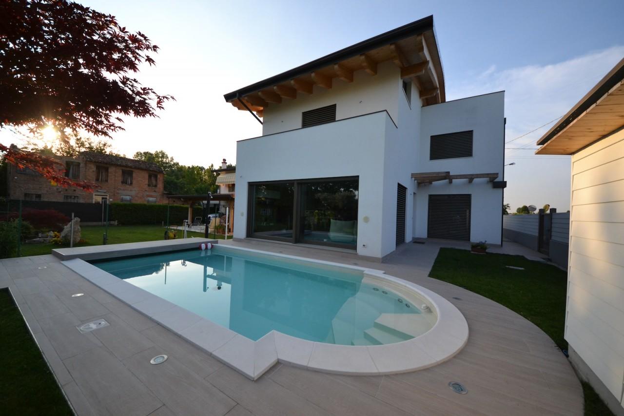 Villa moderna passiva a padova con piscina fotovoltaico for Villa moderna