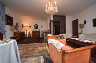 Signorile appartamento tricamere in centro storico