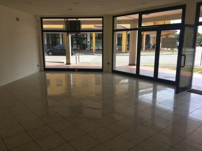 Albignasego-negozio con tre vetrine