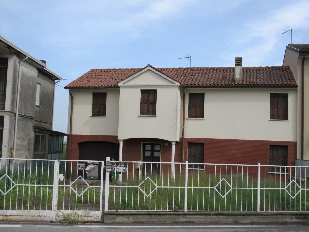 Casa accostata in centro al paese