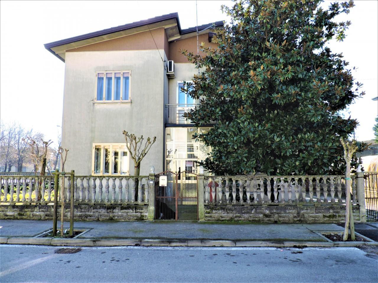 Spaziosa casa singola con giardino e garage
