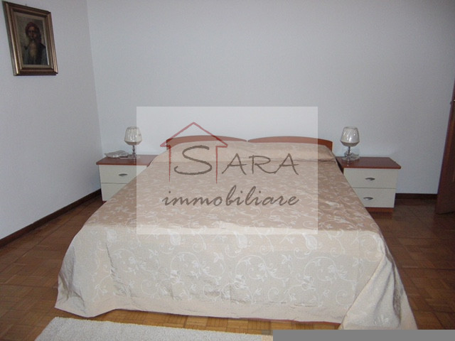 Appartamento con 2 camere e terrazza - https://media.gestionaleimmobiliare.it/foto/annunci/100608/80144/800x800/005__7a_camera_1.jpg