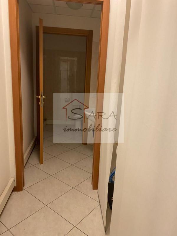 ufficio 150 mq - https://media.gestionaleimmobiliare.it/foto/annunci/130530/354101/800x800/005__bagno.jpg