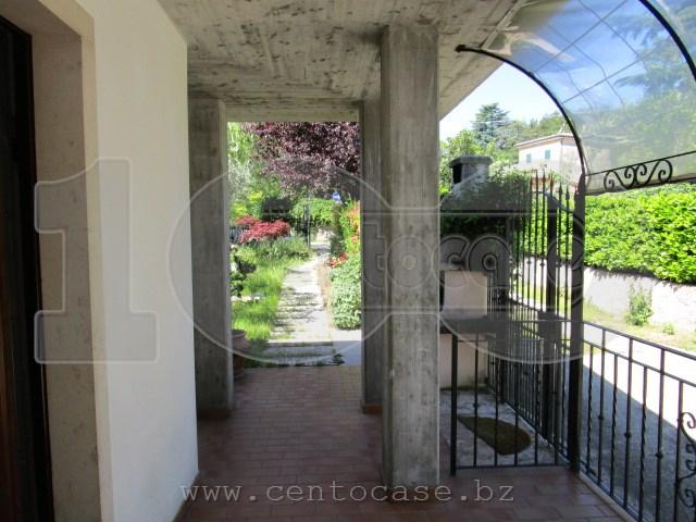 Costermano, trilocale con giardino privato, taverna con cucina, ingresso indipendente