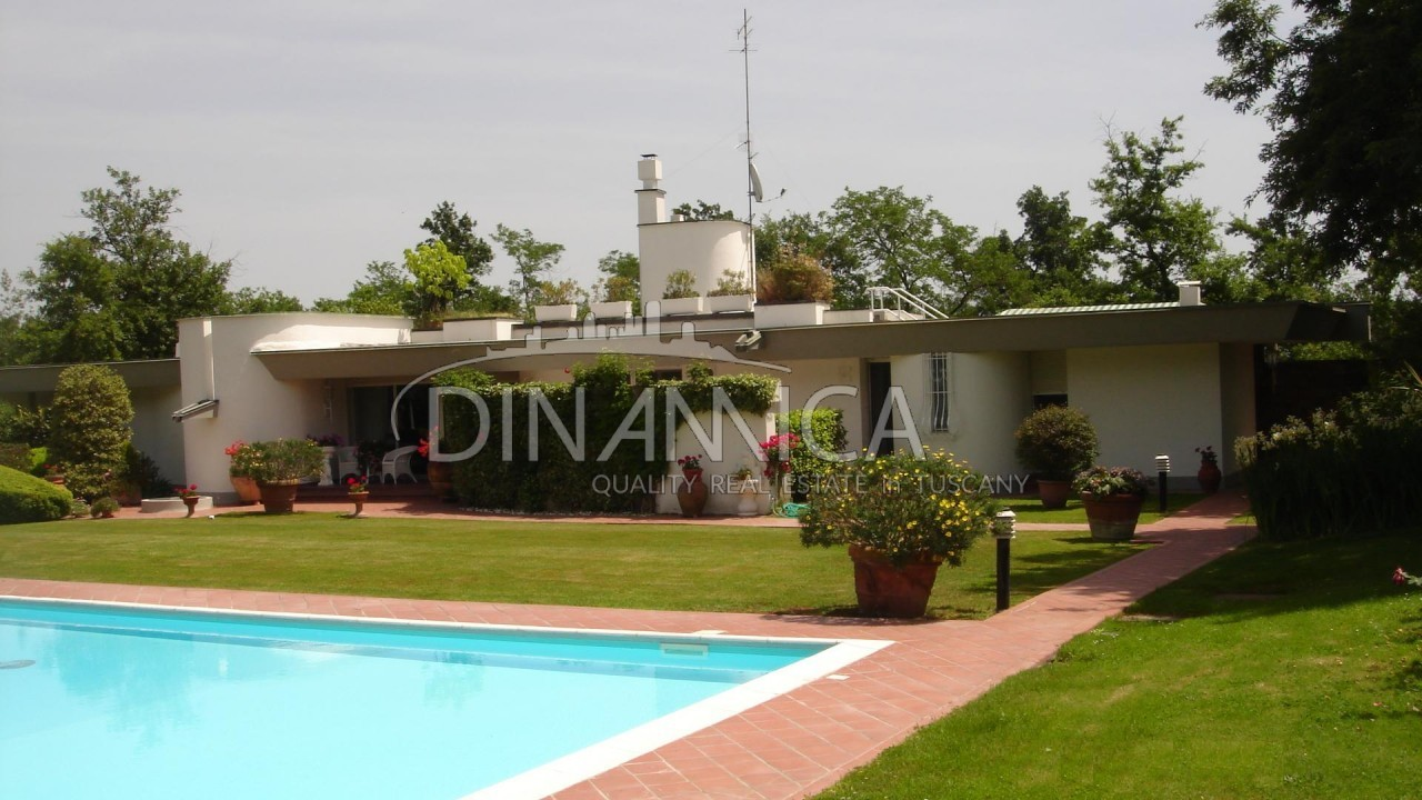 Particolare villa moderna in collina con piscina e parco for Villa moderna