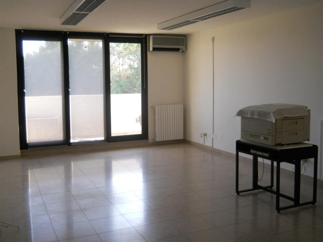 Ufficio fronte strada https://media.gestionaleimmobiliare.it/foto/annunci/151210/1224666/1280x1280/dscn3332_large.jpg
