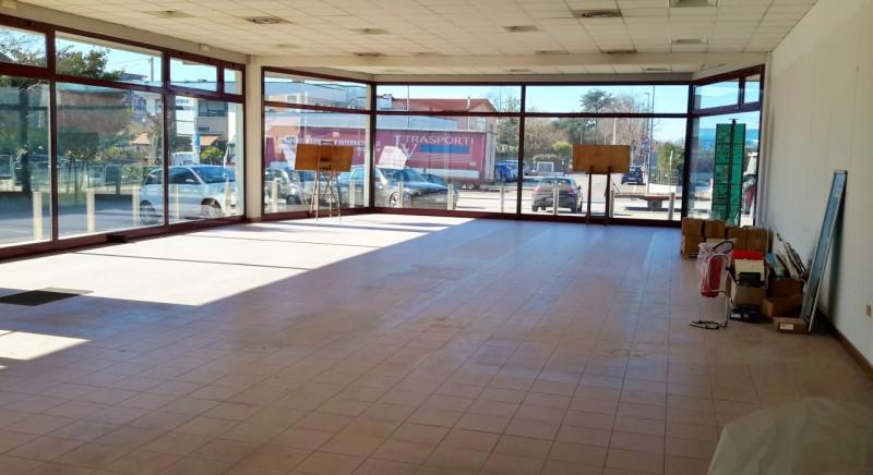 Negozio / Locale in affitto a Tezze sul Brenta, 9999 locali, zona Zona: Cusinati, prezzo € 2.000 | CambioCasa.it