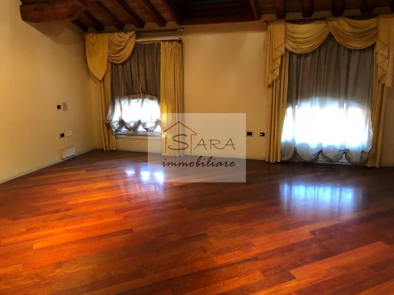 PADOVA - zona Santo: attico mansardato con travi a vista - https://media.gestionaleimmobiliare.it/foto/annunci/170607/1581940/800x800/010__img_0007.jpg