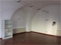 Appiano, San Michele: ampio negozio in centro con posto auto