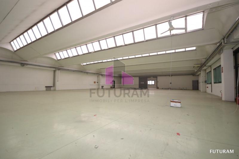 Magazzino - capannone in buone condizioni in vendita Rif. 9619267