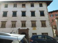Cles centro storico - Appartamento con soffitta e negozio.