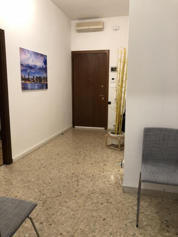 Ufficio di 50 mq al piano terra, zona centrale e servita - https://media.gestionaleimmobiliare.it/foto/annunci/190121/1916776/800x800/001__ingresso.jpg