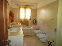 villa in vendita Montecchio Maggiore foto 006__bagno-con-vasca-e-doccia.jpg