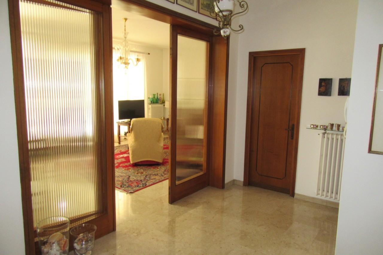 Z295 Appartamento a reddito ad Abano Terme! Centralissimo! https://media.gestionaleimmobiliare.it/foto/annunci/190404/1975615/1280x1280/005__02_ingresso.jpg