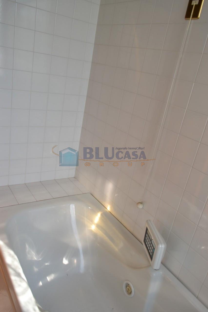 A383 Appartamento 3 camere con ampio terrazzo https://media.gestionaleimmobiliare.it/foto/annunci/190416/1981246/1280x1280/014__appartamento_abano_terme.jpg