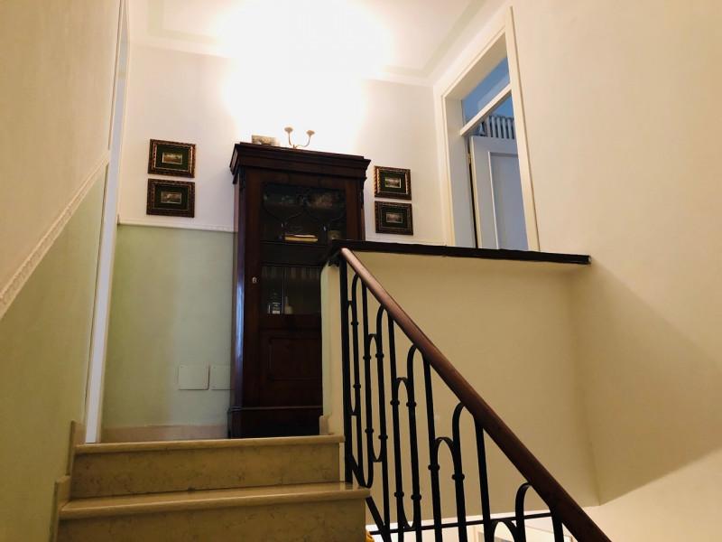Centralissimo occhio di portico con garage - https://media.gestionaleimmobiliare.it/foto/annunci/190517/1995839/800x800/023__scala_1.jpg