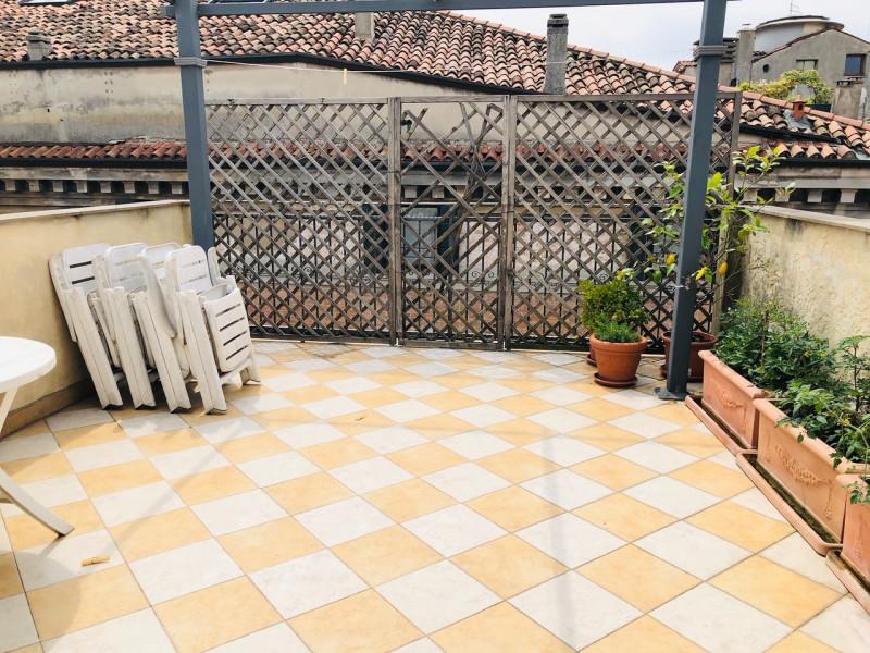 Centralissimo occhio di portico con garage - https://media.gestionaleimmobiliare.it/foto/annunci/190517/1995839/800x800/044__terrazza.jpg