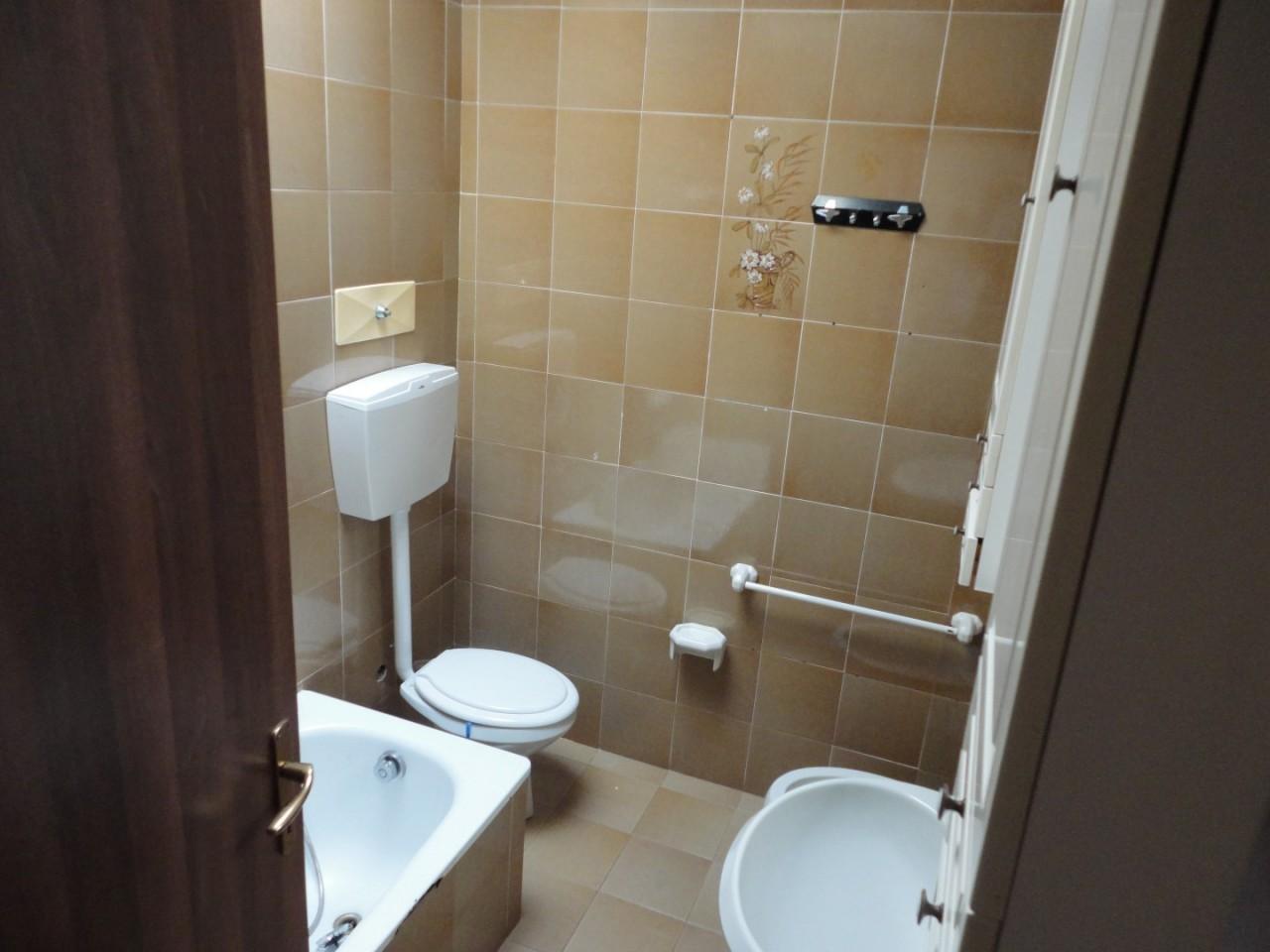 L495 Appartamento bicamere con terrazzo in affitto a Montegrotto Terme https://media.gestionaleimmobiliare.it/foto/annunci/190604/2014770/1280x1280/009__09_bagno.jpg