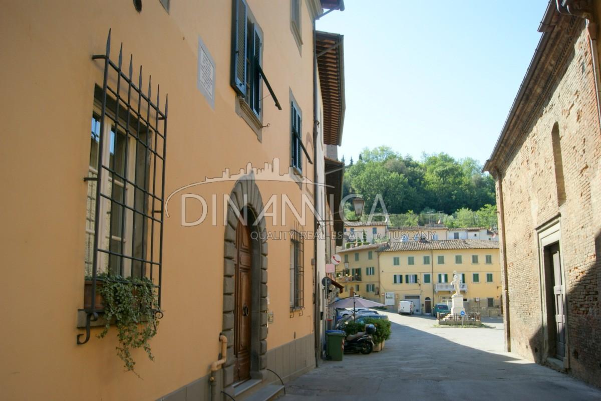 Elegante Appartamento In Palazzo Storico Con Terrazza