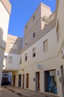 In zona centralissima abitazione con ampi spazi esterni e box auto