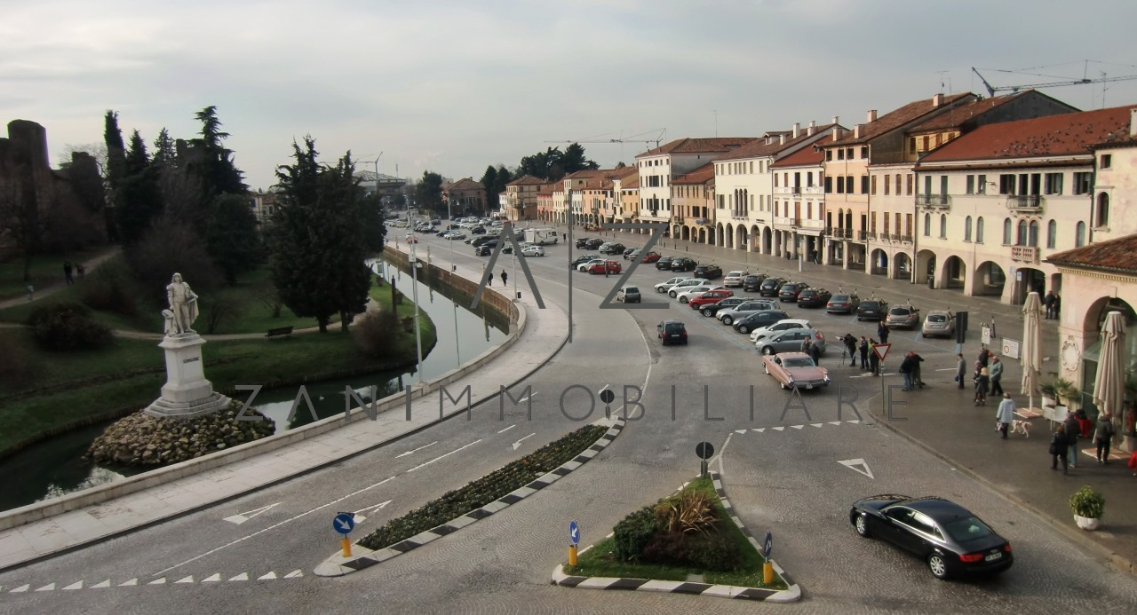 Negozio in affitto in Piazza Giorgione a Castelfranco Veneto