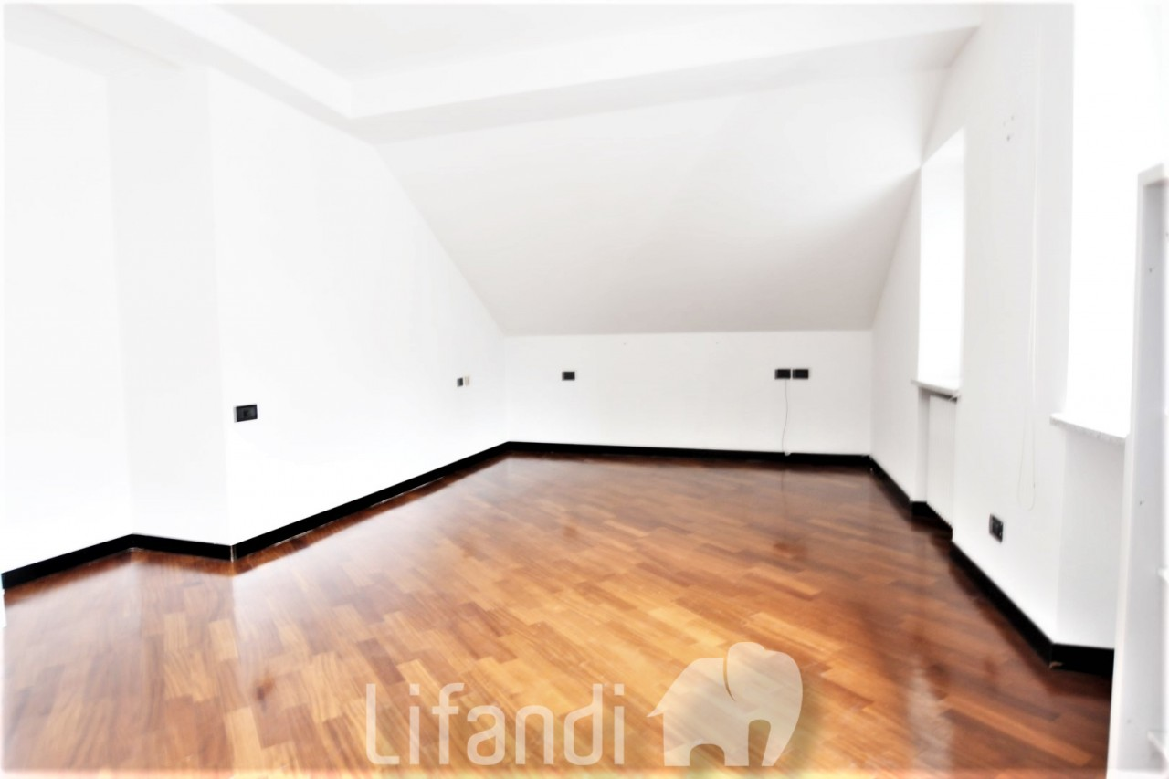 Bolzano, Via Brennero: trilocale attico con 2 garage