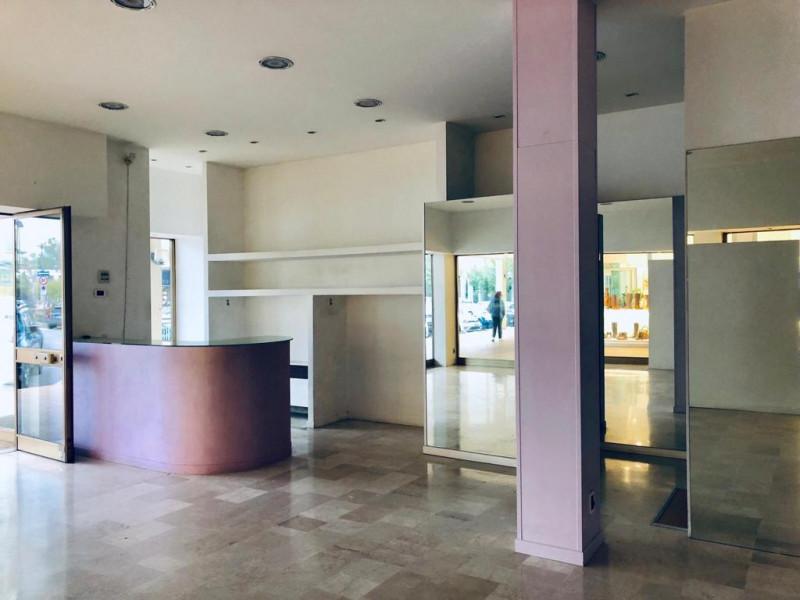 Negozio con vetrine centro Abano terme - https://media.gestionaleimmobiliare.it/foto/annunci/191016/2083939/800x800/000__negozio.jpg