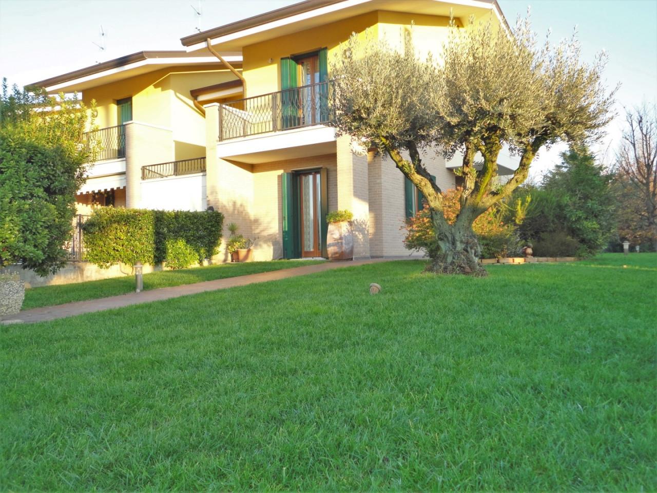 C499 Splendida porzione di testa con giardino di 1.000 mq in vendita ad Abano Terme https://media.gestionaleimmobiliare.it/foto/annunci/191129/2115917/1280x1280/000__1_esterno_ovest.jpg
