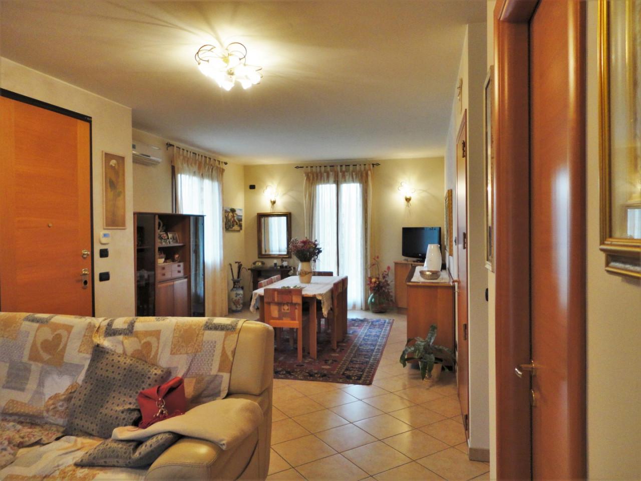 C499 Splendida porzione di testa con giardino di 1.000 mq in vendita ad Abano Terme https://media.gestionaleimmobiliare.it/foto/annunci/191129/2115917/1280x1280/002__3_salotto__large.jpg