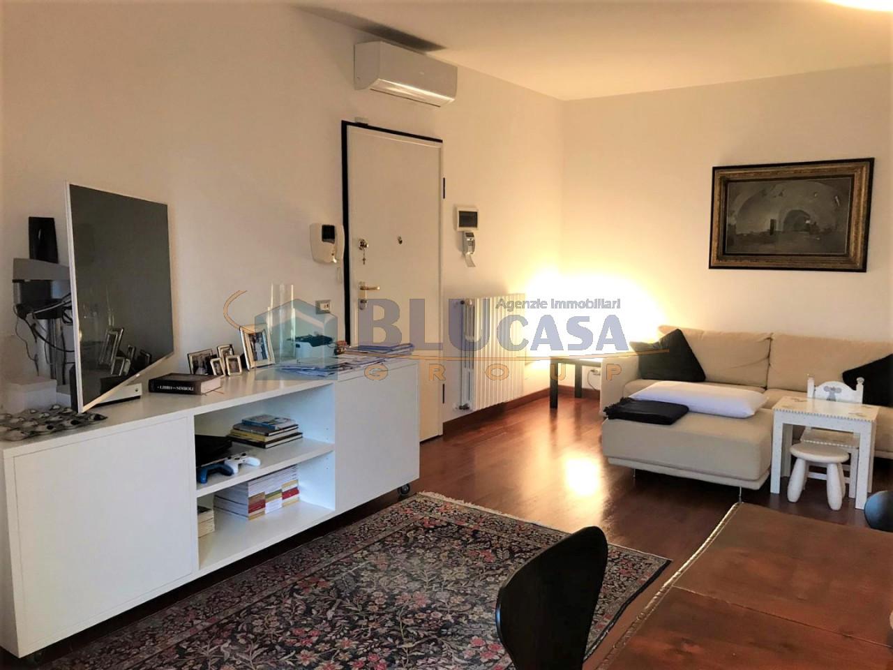 D296 Elegante duplex tricamere con ottime finiture in vendita a Montegrotto Terme https://media.gestionaleimmobiliare.it/foto/annunci/200215/2167876/1280x1280/002__02_soggiorno_bis__large.jpg