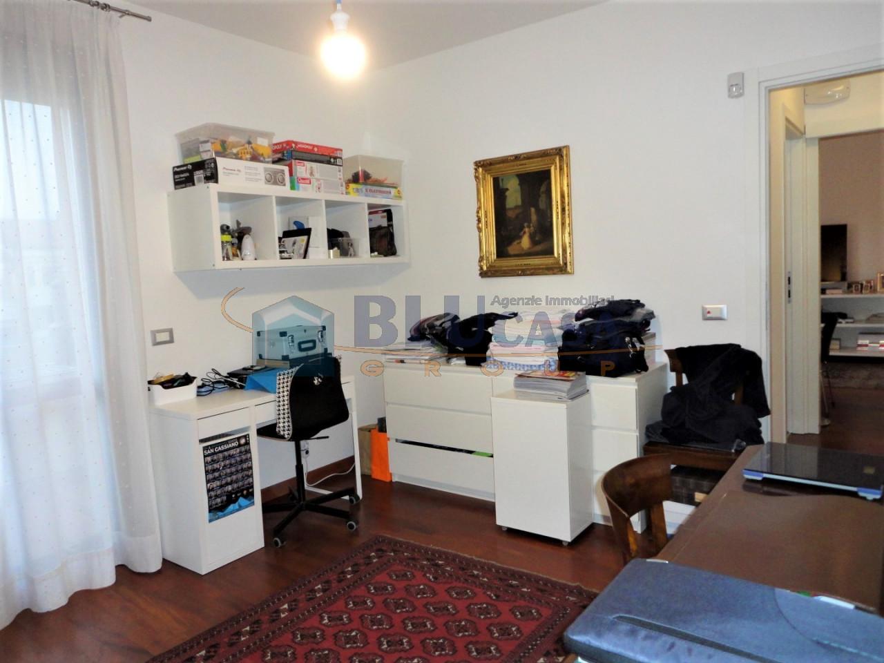 D296 Elegante duplex tricamere con ottime finiture in vendita a Montegrotto Terme https://media.gestionaleimmobiliare.it/foto/annunci/200215/2167876/1280x1280/017__17_camera_zona_giorno__large.jpg