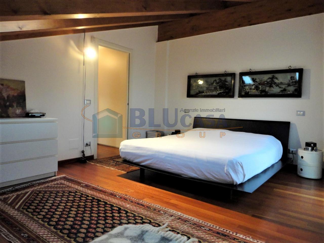 D296 Elegante duplex tricamere con ottime finiture in vendita a Montegrotto Terme https://media.gestionaleimmobiliare.it/foto/annunci/200215/2167876/1280x1280/023__23_camera_matrimoniale__large.jpg