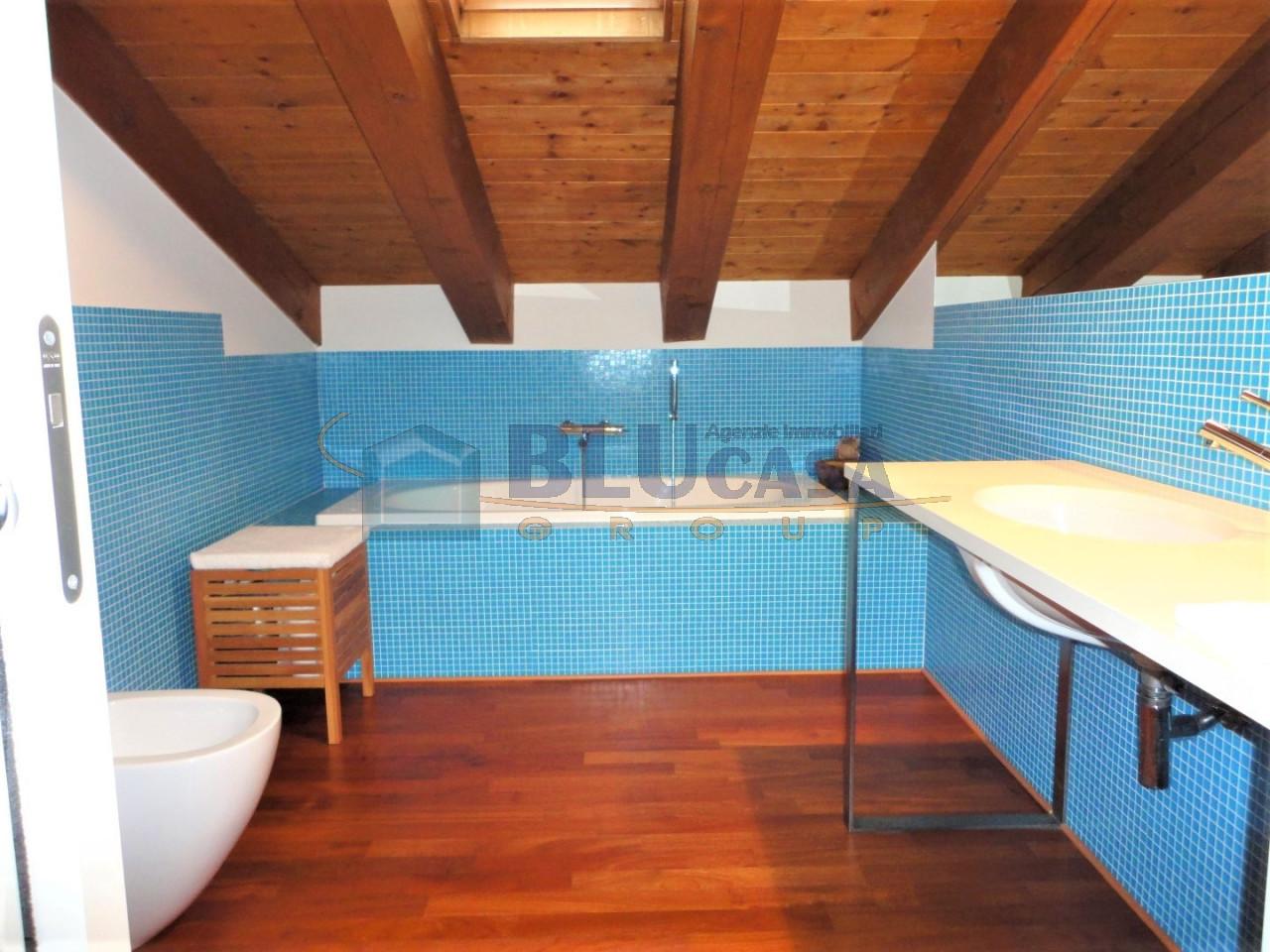 D296 Elegante duplex tricamere con ottime finiture in vendita a Montegrotto Terme https://media.gestionaleimmobiliare.it/foto/annunci/200215/2167876/1280x1280/026__28_bagno_zona_notte__large.jpg