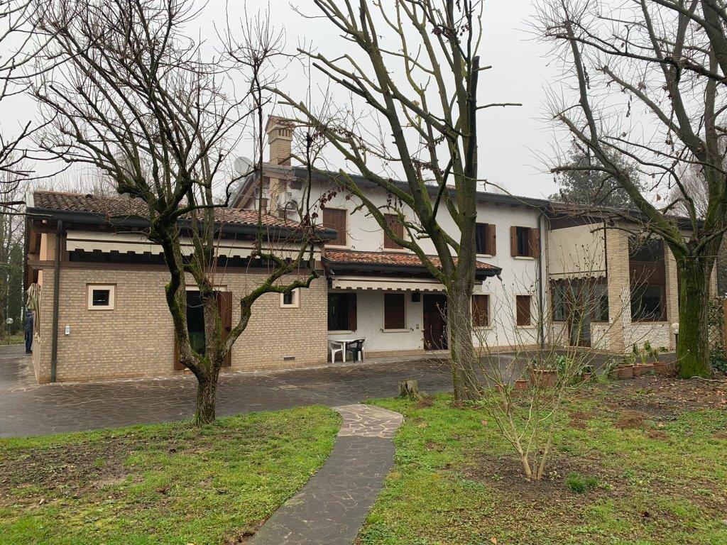 X706 Villa singola di 300mq con ampio parco https://media.gestionaleimmobiliare.it/foto/annunci/200227/2196091/1280x1280/010__7.jpg