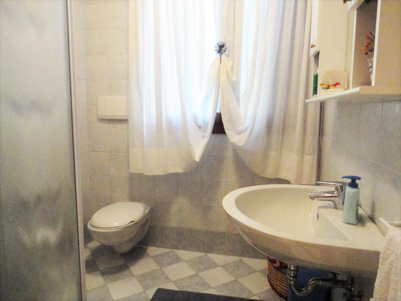 D303 Porzione di bifamiliare in vendita  in centro ad Abano Terme https://media.gestionaleimmobiliare.it/foto/annunci/200615/2255776/1280x1280/008__09_bagno_pt.jpg